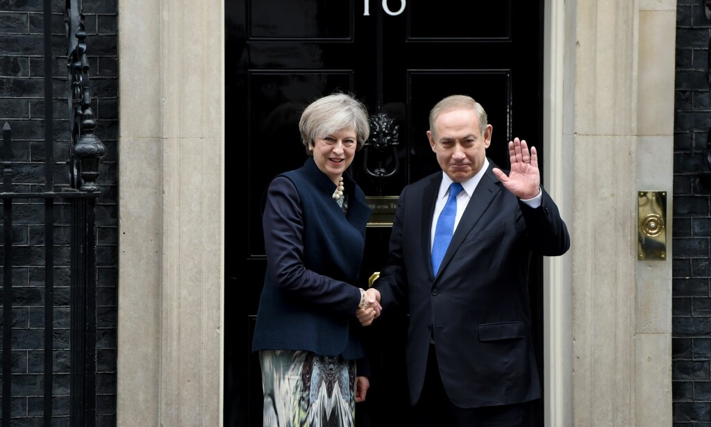 Varslet Trump: Israels statsminister Benjamin Netanyahu forteller at israelske myndigheter har varslet ledelsen i Washington, i forbindelse med avstemningen rundt en lov om å legalisere flere tusen boliger på privat, palestinsk land på den okkuperte Vestbredden.  Bildet viser Netanyahu under et besøk hos Storbritannias statsminister Theresa May i London mandag. Foto: Kate Green / Anadolu Agency / NTB Scanpix