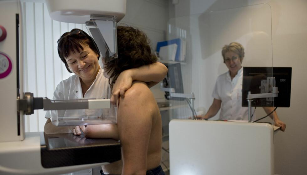 OVERDIAGNOSTISERING: - Frykter Kreftregisteret at åpenhet rundt overdiagnostikk som en mulig forklaring på økning i forekomst vil kunne gi reduserte midler til videre forskning, og i verste fall nedbygging av institusjoner etablert for å finne kreft tidlig?, spør Gisle Roksund og Mette Kalager. Bildet viser en kvinne under en mammografi-undersøkelse som avdekker eventuell brystkreft. Foto: NTB Scanpix