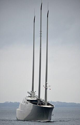 RUVENDE: Den meget spesielle seil-yachten fotografert utenfor Danmark på vei til Kristiansand mandag kveld. Foto: EPA / NTB Scanpix