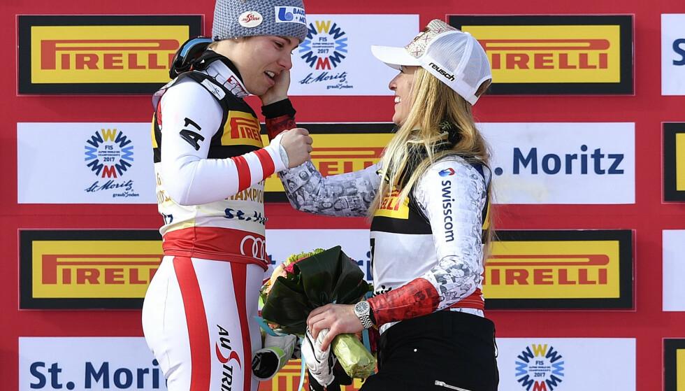 <strong>RØRT:</strong> Super-G-vinner Nicole Schmidhofer blir gratulert av bronsevinner Lara Gut. Foto: Peter Schneider/Keystone via AP