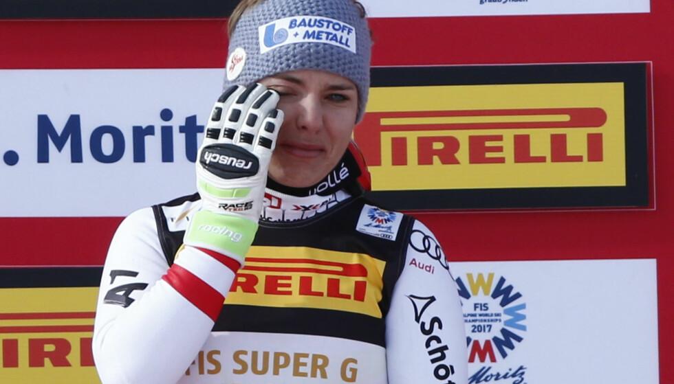 <strong>TÅRER:</strong> Nicole Schmidhofer under medaljesermonien. Foto: REUTERS/Denis Balibouse