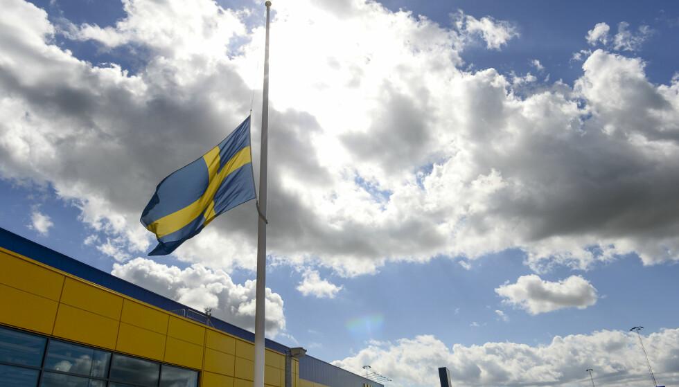 HALV STANG: Et svensk flagg vaier på halv stang utenfor IKEA i Västerås etter at en 55 år gammel kvinne og hennes 28 år gamle sønn ble knivdrept av en for dem ukjent mann på kjøkkenavdelingen i varehuset. Gjerningsmannen, en asylsøker fra Eritrea, forklarte i retten at han drepte fordi han var sint på svensker etter at han ble nektet oppholdstillatelse. Foto: Maja Suslin / TT / NTB Scanpix