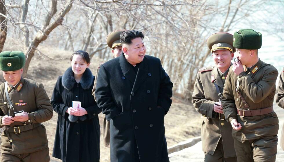 I BAKGRUNNEN: Kim Jong-uns yngre søster, Kim Yeo-jong, er som regel å finne i bakgrunnen og i ytterkanten av de offisielle propagandabildene. Men mye tyder på at hun utøver mye makt og har en sentral plass i Kim Jong-uns styre. Foto: NTB Scanpix