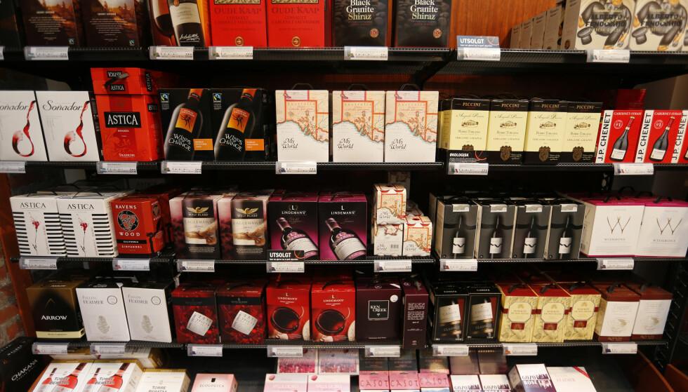 VIN PÅ BOKS: En ny undersøkelse viser at seks av ti nordmenn er usikre på hvor lenge vin på boks holder seg etter åpning. FOTO: Lise Åserud/NTB Scanpix