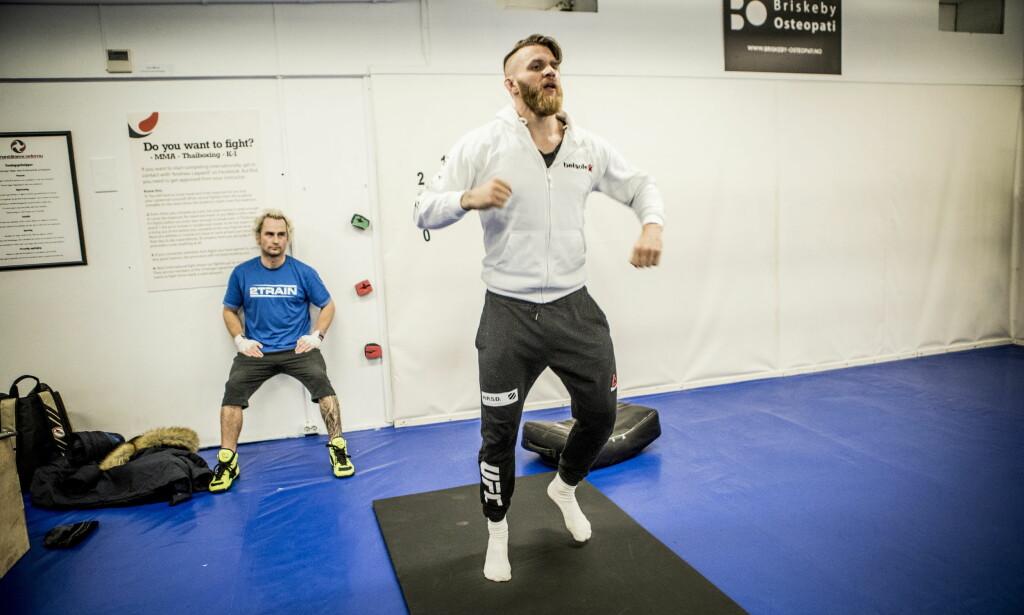 FØLGER MED STJERNA: Daniel Franck studerer den norske MMA-stjernen Emil Weber Meek. Foto: Christian Roth Christensen / Dagbladet