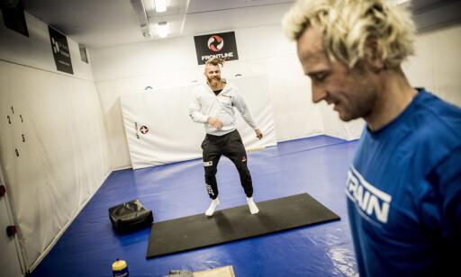 IMPONERT: Emil Meek er imponert over hva Daniel Franck utretter i trening. Foto: Christian Roth Christensen / Dagbladet