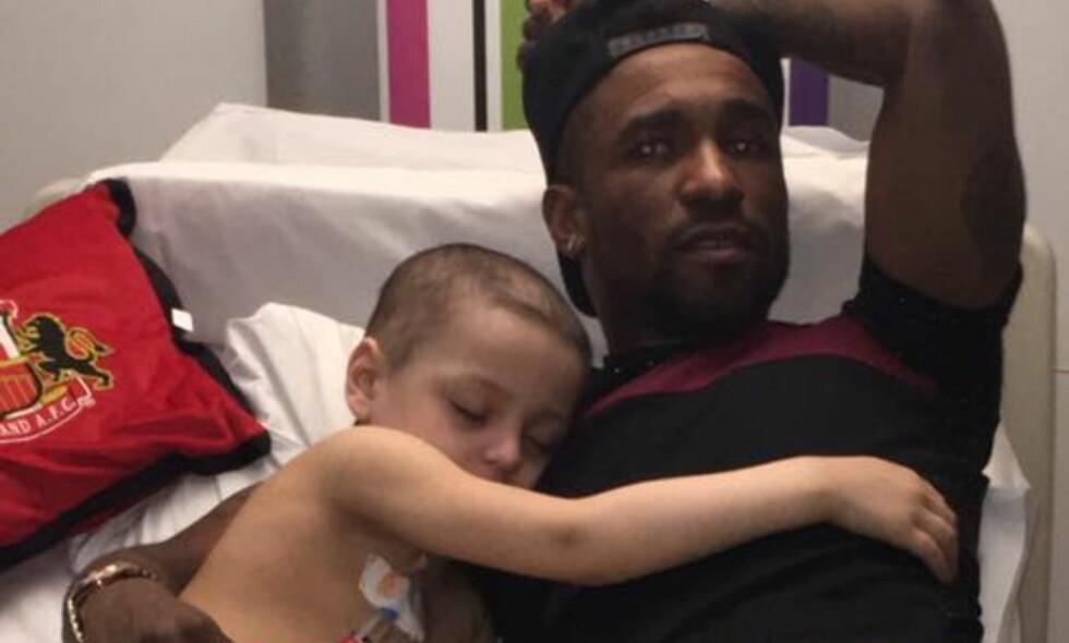 RØRENDE: Bradley Lowery sovnet i fanget til Sunderland-spiss Jermain Defoe da han fikk besøk på sykehuset nylig. Foto: Facebook / Bradley lowery's fight against neuroblastoma