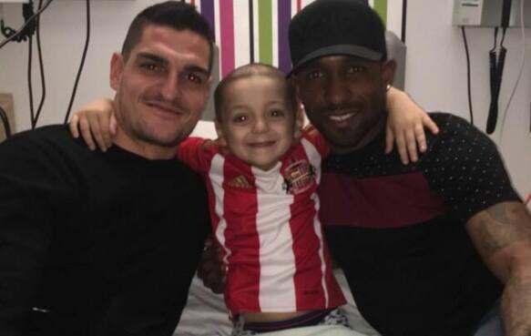 STJERNETREFF: Bradley med Sunderland-keeper Vito Mannone og angriper Jermain Defoe. Foto: Facebook / Bradley lowery's fight against neuroblastoma