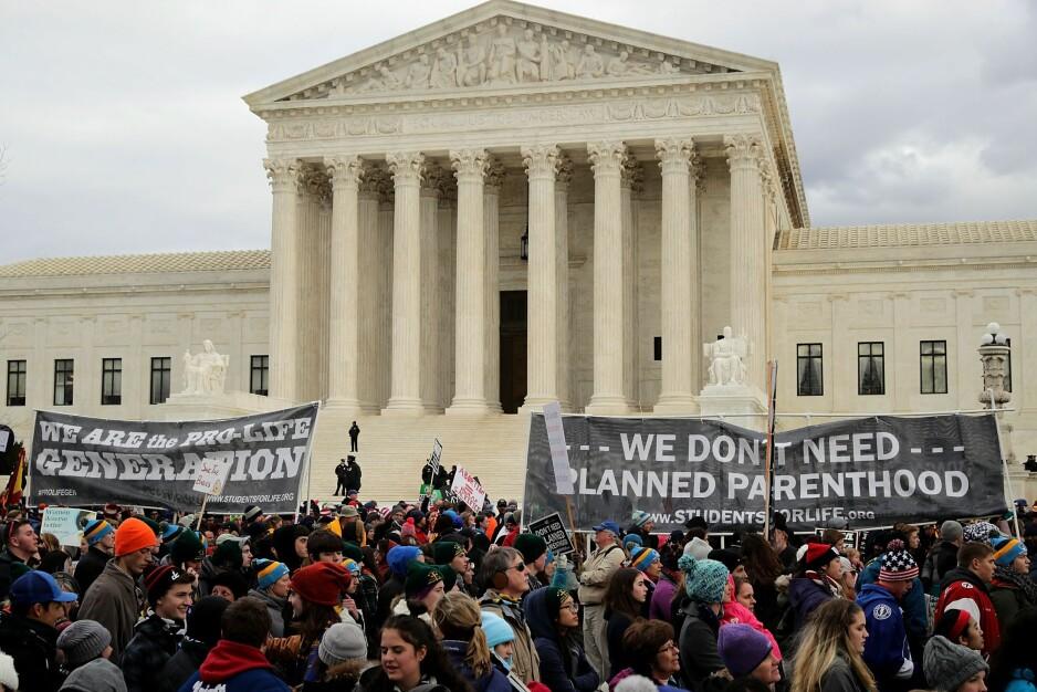 TILBAKESLAG: Tusener av abortmostandere demonstrerte 27. januar i USAs hovedstad Washington D.C. mot Høyesteretts vedtak fra 1973 om å tillate abort i den såkalte March for Life. Forrige uke gjeninnførte Trump-administrasjonen et forbud mot at bistand fra USA skal gå til internasjonale organisasjoner som veileder om abort. Foto: Chip Somodevilla / Getty Images / AFP / NTB Scanpix