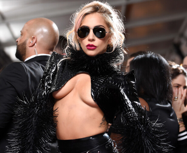 STJAL OPPMERKSOMHETEN: Lady Gaga var frekt antrukket for anledningen. Foto: Gilbert Flores/Broadimage