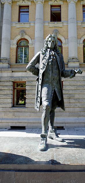 <strong>OSLO 20090525:</strong> Statuen av Ludvig Holberg foran Nationaltheateret. Statuen er laget av Dyre Vaa og ble avduket i 1939. Her er dikteren flankert av sine scenefigurer Henrik og Pernille. Foto: Stian Lysberg Solum / SCANPIX