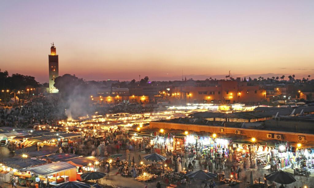 EVENTYRLIG: Markedsplassen i Marrakech er en opplevelse for alle sansene. Om kvelden er det som en sirkusplass av gjøglere, dansere, slangetemmere og spisesteder. Foto: Runar Larsen / Magasinet Reiselyst