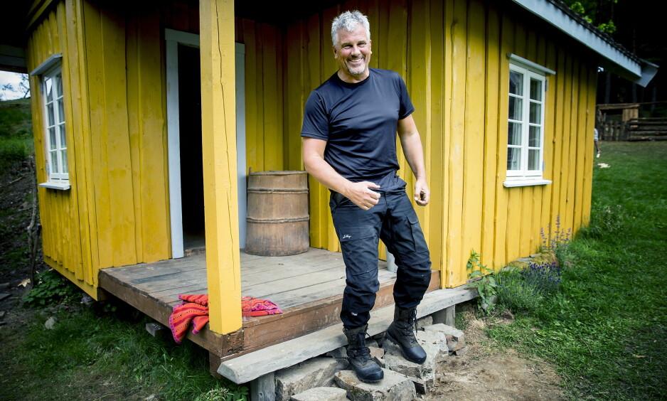 LEI: Opplevelsen av «Farmen kjendis» har ikke bare vært hyggelig for skuespiller Jarl Goli (59). Her ved tv-gården i Telemark under innspillingen i fjor sommer. Foto: Bjørn Langsem / Dagbladet