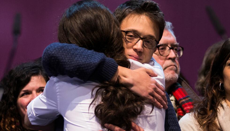 SAMARBEID SLUTT? Íñigo Errejón omfavner partileder Pablo Iglesias, som viser ryggen på bildet, for å ønske ham til lykke som gjenvalgt partileder. Men deres lange politiske vennskap synes nå å være slutt. Striden mellom de to står om verdien av parlamentarisk politikk. Foto: REUTERS / NTB Scanpix / Sergio Perez