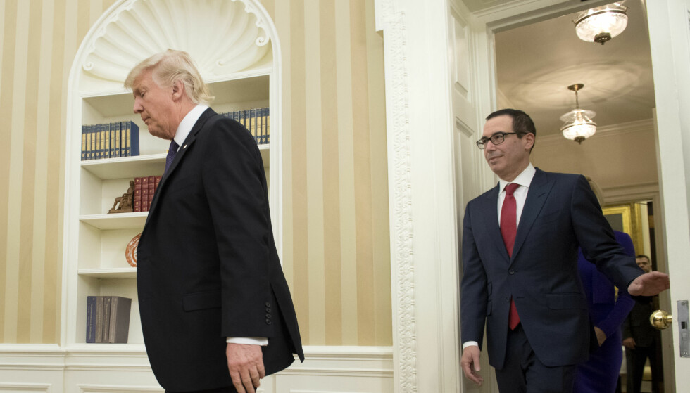 FINANSMINISTER: Steven Mnuchin på vei inn i Det ovale kontor for å bli tatt i ed som finansminister av president Donald Trump. Foto: NTB scanpix