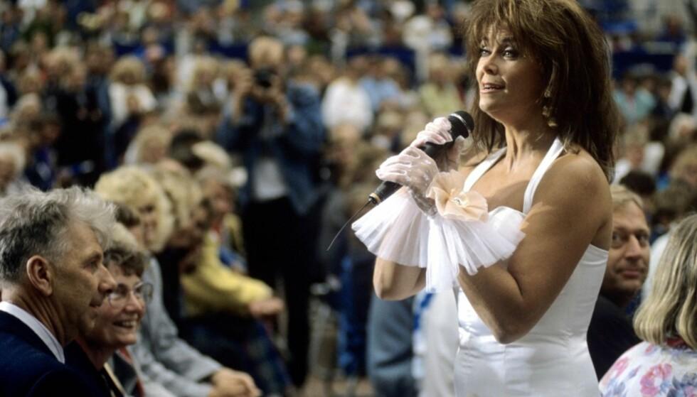 LANG KARRIERE: Wenche Myhre har gjort stor suksess både i Norge og utlandet. Her opptrer hun under «Sommer'n på Aker Brygge» i 1990. Foto: NTB Scanpix