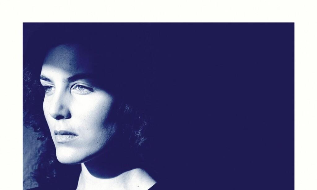 POPULÆR: Elena Ferrante er pseudonymet til forfatteren bak den bestselgende Napoli-kvartetten. Nå er en av hennes tidligere bøker også oversatt til norsk. Foto: fra omslaget