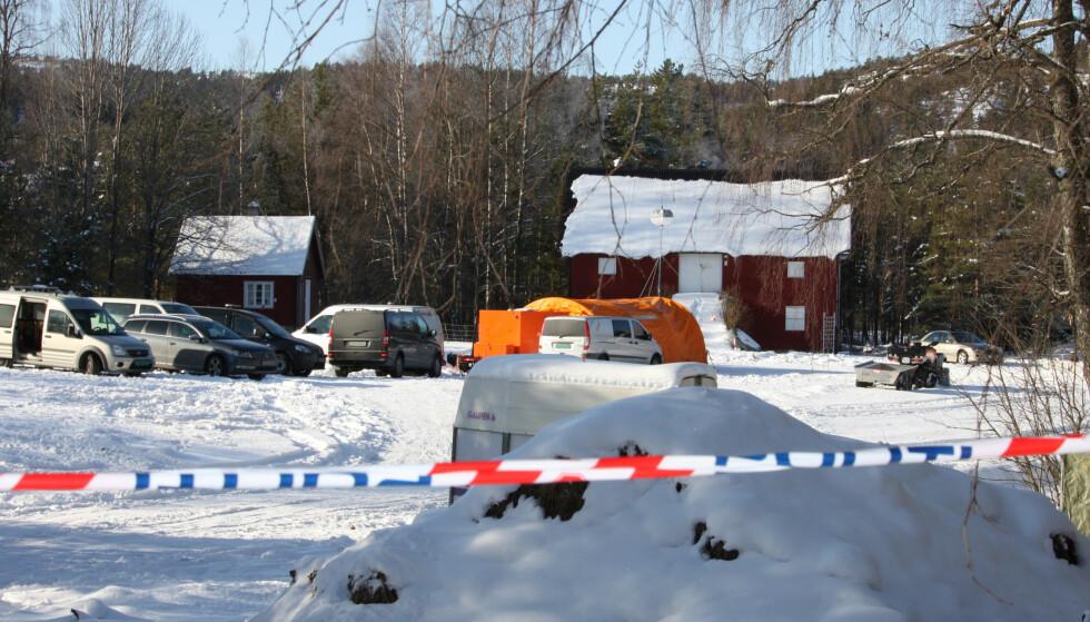 ETTERFORSKER: Politiet får bistand av etterforskningsenheten i Kristiansand og Kripos. De gjennomfører stadig undersøkelser ved en eiendom i Åmli. Foto: Jens Holm / Stringerfoto