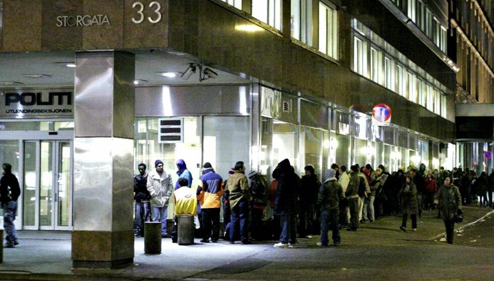 LANG KØ: Utenfor Politiets utlendingseksjon i Storgata i Oslo kl. 07.30 om morgenen, 45 minutter før åpningstid. - Forutsetningen for at vi igjen skal få kontroll over fattigdomsutviklinga, er at vi får kontroll over innvandringa. Fortsetter den i samme tempo som de ti siste åra, kommer fattigdommen til å fortsette å øke og samfunnet til å polariseres ytterligere, skriver artikkelforfatteren.