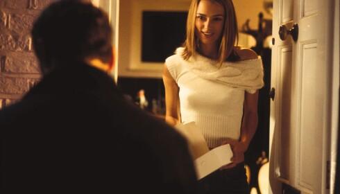 PLAKATSCENEN: Både Keira Knightley, som spilte rollen som Juliet, og Andrew Lincoln, som portretterte Mark med plakatene, er tilbake i kortfilmen. Foto: Mary Evans Picture / NTB Scanpix