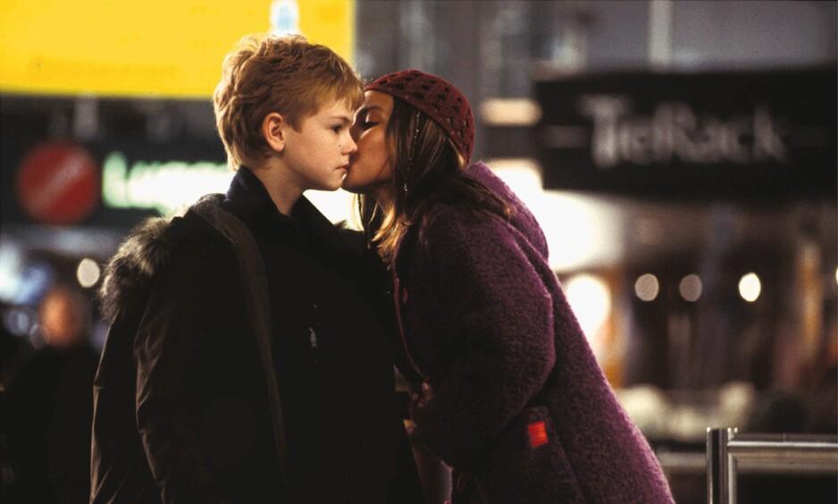 NY FILM: I filmen «Love Actually» løper Sam, spilt av Thomas Brodie-Sangster, til flyplassen for å fortelle Joanna, spilt av Olivia Olson, at han elsker henne. Begge skuespillerne er med i oppfølgeren, hvor vi får vite hva som har skjedd med dem. Foto: Mary Evans Picture / NTB Scanpix