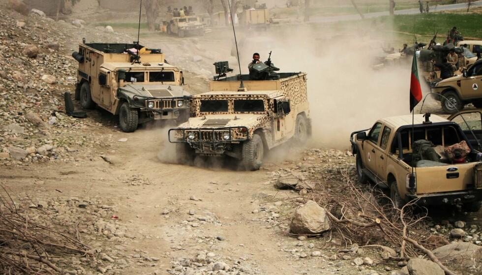 KAMPER MOT IS: Militære kjøretøy i aksjon mot IS i Nangarha-provinsen i Afghanistan i går. 53 IS-soldater er drept de siste 24 timene, sa en talsmann for provinsregjeringen i går. Foto: Xinhua Sipa USA / NTB Scanpix