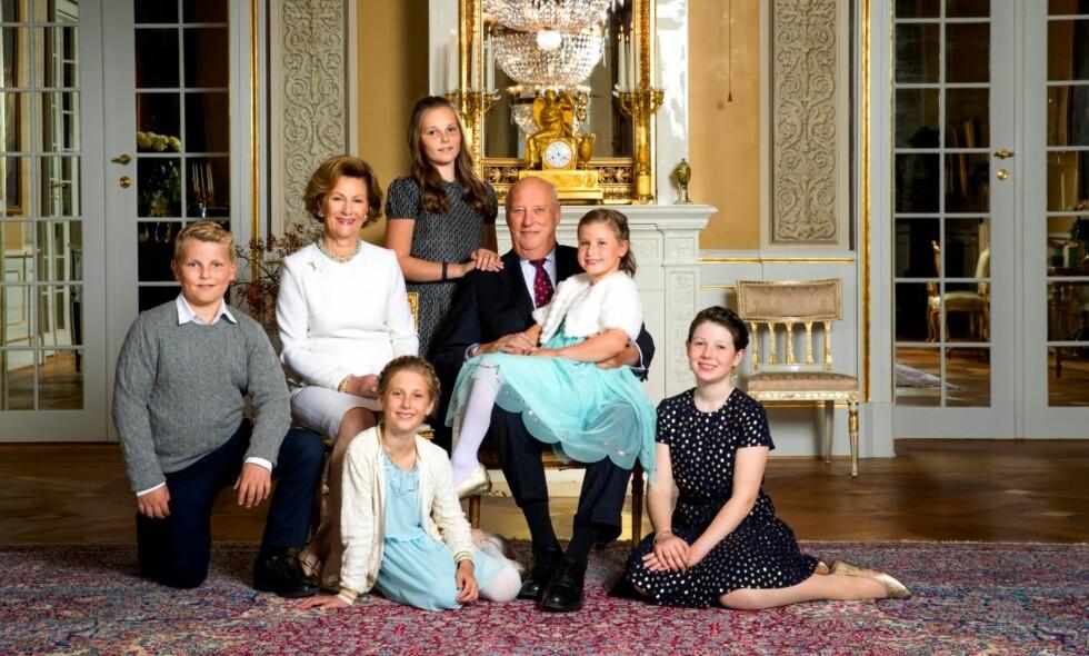 BESTEFAR: I anledning kongeparets 80-års bursdager ble kongen og dronningen fotografert i den hvite salong på Slottet i Oslo sammen med alle barnebarna. Foto: Lise Åserud / NTB scanpix