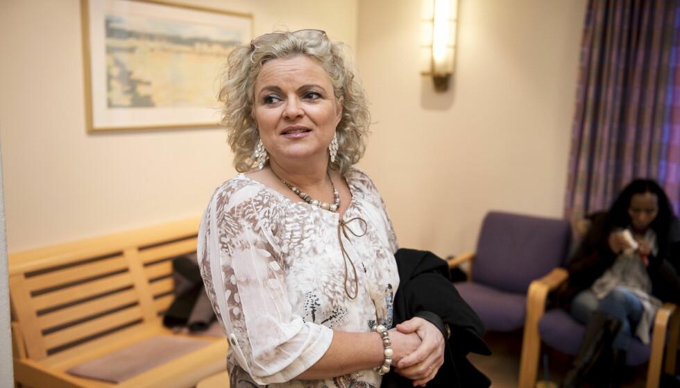 <strong>GÅR MOT RETTSSAK:</strong> I lagmannsretten ble frisør Merete Hodne dømt til å betale 7.000 kroner i bot, etter å ha nektet en hijabkledd kvinne adgang til frisørsalongen sin. Nå sier advokaten hennes at det blir «rettslige steg» etter at revylaget «Løgnaslaget» omtaler henne som «nazifrisør». Foto: Carina Johansen / NTB Scanpix