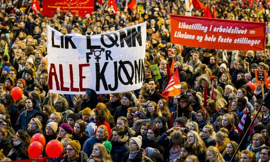 KVINNEDAGEN: Den internasjonale kvinnedagen ble som vanlig markert på Youngstorget i Oslo 8. mars i fjor. Parolene fornyes hvert, men skal menn også få ha en mening om parolene? Foto: NTB Scanpix