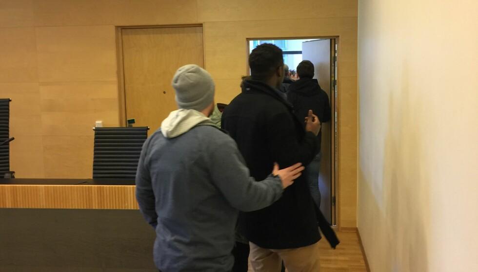 PÅGREPET I RETTEN: Den 24 år gamle ugandiske mannen kjempet denne uka for å bli trodd av lagmannsretten på at han er homofil. Bare sekunder etter at retten var hevet i dag, ble han pågrepet av politiets utlendingsenhet i rettssalen. Planen var å sende ham til Uganda på søndag, men retten har i løpet av kvelden lagt ned en forbud mot å uttransportere asylsøkeren før dommen i saken er klar. Han har per i dag ikke lovlig opphold i Norge, men det endrer seg dersom han vinner rettsaken. Dommen er ventet i løpet av fire uker. Foto: Dagbladet