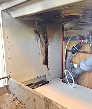 <strong>UNDER VASKEN:</strong> «Tydelige spor etter brannen i siden på benkeskapet, og vannlåsen på kummen har også brent», skriver brannvesenet. Foto: Facebook/Vestfold Interkommunale Brannvesen