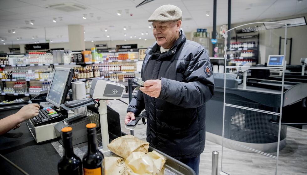 OM ELDRE OG ALKOHOL: Gerhard Schive (73) tror det har blitt mer akseptert for eldre å drikke alkohol. - Det har nok blitt mer tilgjengelig også, sier han. 73-åringen skal ha skrei med rødvin til. Foto:  Bjørn Langsem