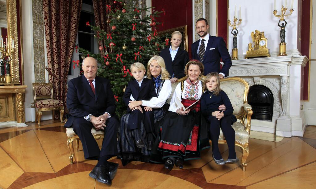 KOSESTUND: Den 19. desember 2011 var kongefamilien samlet på slottet til julefotografering. En fornøyd konge sitter til venstre og er tydelig stolt av barnebarna. I kronprinsessens fang ser vi prins Sverre Magnus, bakerst ved kronprinsen ser vi Marius Borg Høiby og ved siden av dronningen sitter prinsesse Ingrid Alexandra. Foto: NTB scanpix