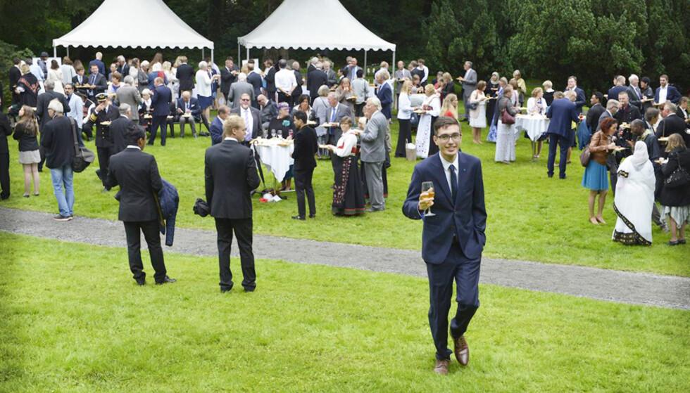 PÅ HAGEFEST: Majid Khalili fra Afghanistan på Slottets hagefest i fjor. Foto: Heidi Løland Andersen / Lillesands-Posten.