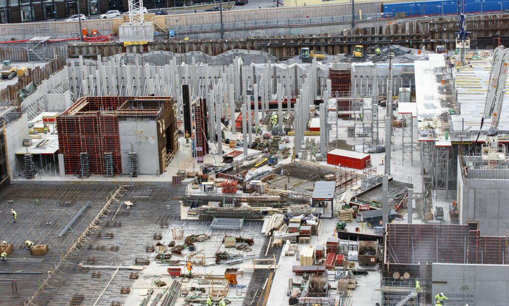 BYGGER LANDET: Oslo er trolig den byen som skal vokse mest i årene som kommer. Men i fjor var det bare 106 primærsøkere til alle bygg- og anleggsfagene sammenlagt. - Det er synd. Fagarbeidere kommer nemlig til å spille en avgjørende rolle for å få løst flere av de største samfunnsutfordringene i årene som kommer, skriver Jonas Bals. Her fra anleggsplassen og byggegropa for det nye Nasjonalmuseet på Vestbanetomta. Foto: Gorm Kallestad / NTB scanpix