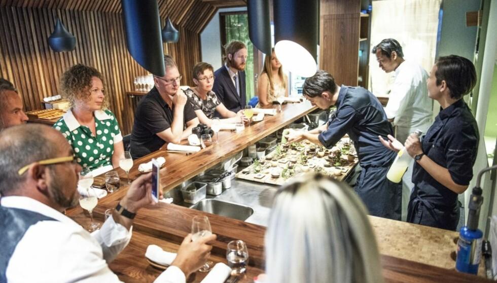 IMPONERER: Den lille Stavanger-restauranten Sabi Omakase har bare plass til noen få gjester rundt en bardisk. Blant gjestene har det vært inspektører fra Michelin. Det vet man fordi de har tvitret om opplevelsen. I en nordisk spiseguide ble Sabi Omakase nylig ranket på nivå med Maaemo. I morgen får vi vite hvor høyt Michelin setter restauranten som serverer sjømat slik det gjøres på eksklusive restauranter i Japan. Foto: Sabi Omakase
