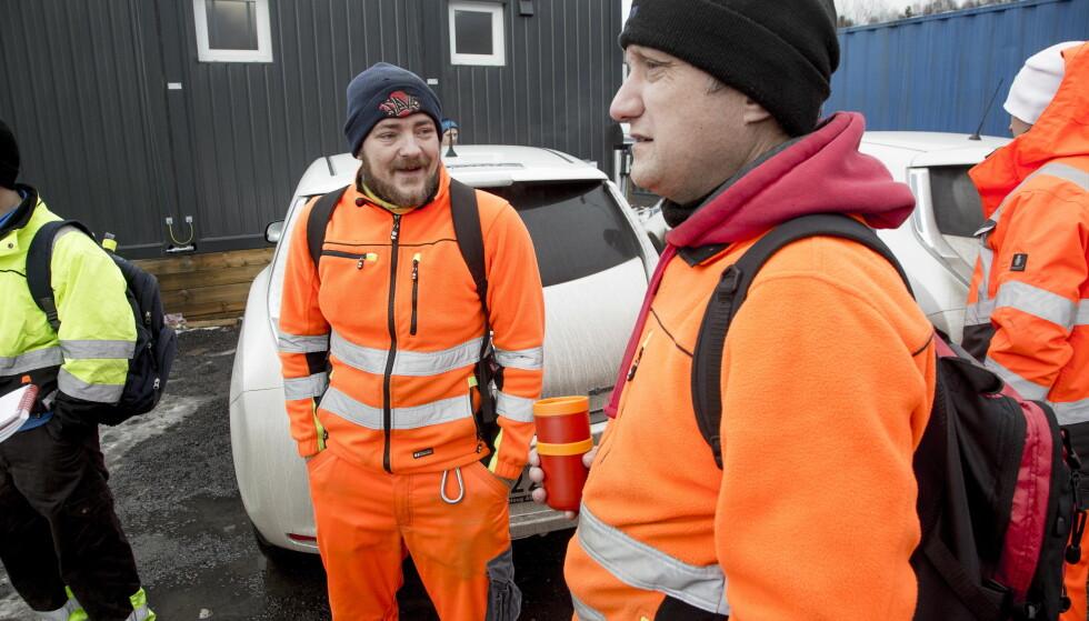 AVVENTENDE. Renovatørene Morten Øyen og Stig Kvernes har lang erfaring. De har hatt lange dager, men klager ikke av den grunn. Foto: Sveinung U. Ystad