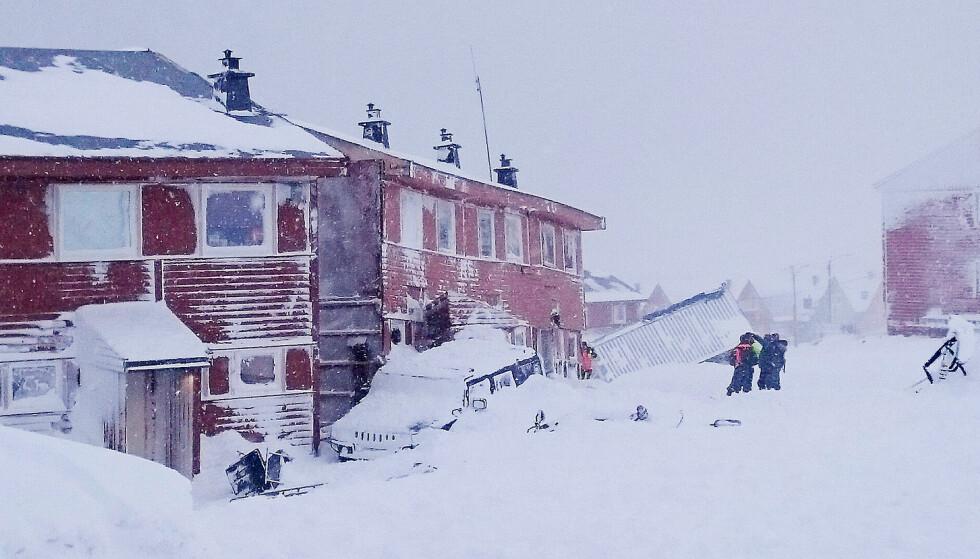 TATT AV SKRED: Leiligghetsbygg i Vei 228 i Longyearbyen på Svalbard ble tatt av et snøskred tirsdag ettermiddag. Ingen er meldt savnet eller ble skadet i skredet, ifølge Sysselmannen. Foto: Privat