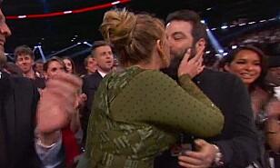 BEKREFTET EKTESKAPET: Under årets Grammy utdeling bekreftet Adele ekteskapet til Simon Konecki, da hun omtalte han som ektemann fra scenen. Foto: NTB Scanpix.