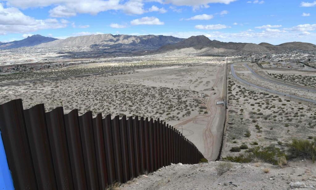 Forklaringen holdt ikke vann: To menn som ble funnet skutt på en ranch i Texas, hevdet at gjerningsmennene var ulovlige innvandrere fra Mexico. Det er en forklaring politiet ikke fester spesielt stor lit til. Bildet viser deler av grensegjerdet mellom Mexico og den amerikanske delstaten Texas. Foto: Yuri Cortez / AFP / NTB Scanpix