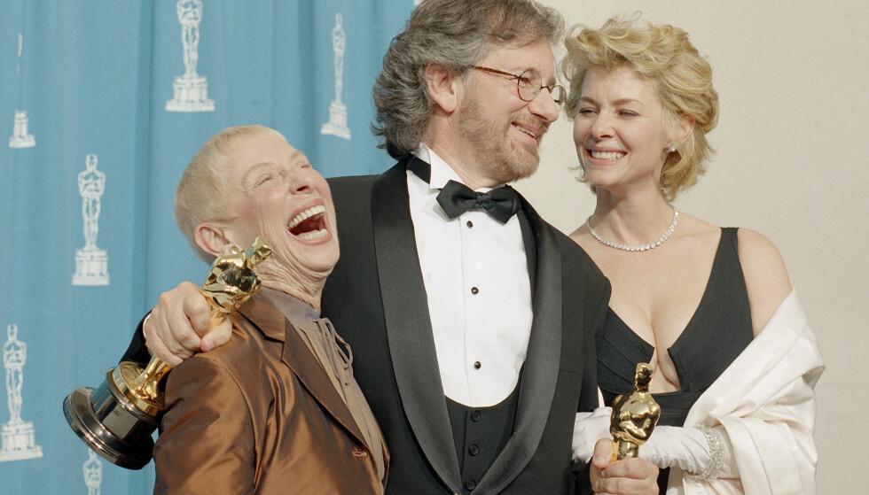 DØD: Steven Spielberg bekrefter gjennom sitt eget produksjonsselskap at moren, Leah Adler til venstre, har gått bort. Hun ble 97 år gammel, og har vært som en mentor for stjerneregissøren. Til høyre ser vi regissørens kone Kate Capshaw. Foto: NTB scanpix