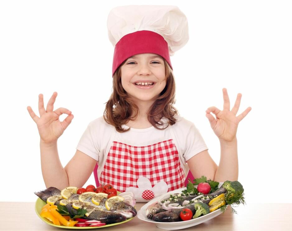 BARN LIKER FISK: Unge under 34 år spiser rundt halvparten så mye sjømat som de gjorde i 2012. Forskningen viser at risikoen for et dårligere liv øker dramatisk dersom sjømat utelates fra menyen, skriver artikkelforfatteren. Foto: Shutterstock / NTB Scanpix