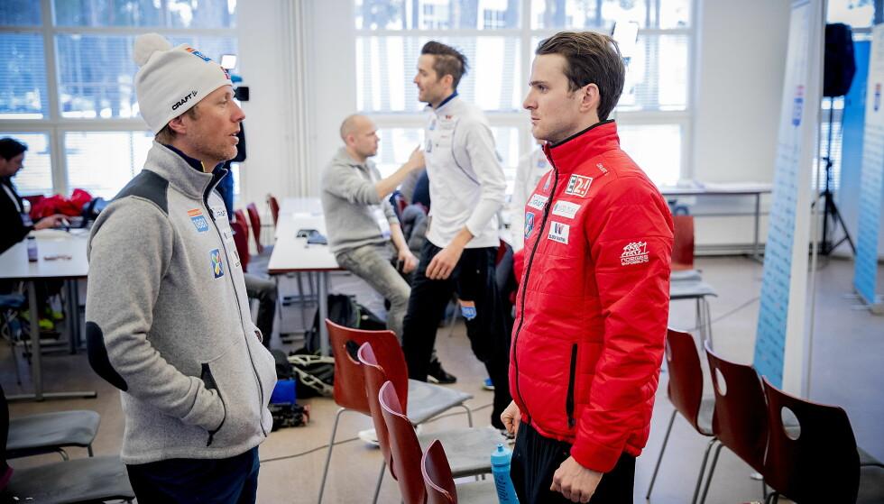 LÆRER OG ELEV: Jørgen Graabak i samtale med landslagssjef Kristian Hammer (til venstre) i finske Lahti i dag. Foto:  Bjørn Langsem / Dagbladet