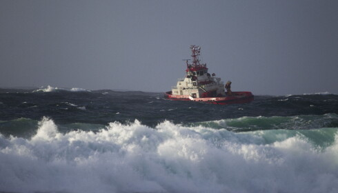 VANSKELIG VÆR: Slepingen av måtte skipet er utsatt på grunn av vær- og vindforholdene. Foto: Carina Johansen / NTB Scanpix