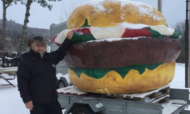 FRA HAT TIL KJÆRLIGHET: Otto Heimdal, kokk ved Elgkroa på Røra, er overlykkelig over at han nå har fått tilbake burgeren, som han en gang hatet. Foto: Anne Bettum