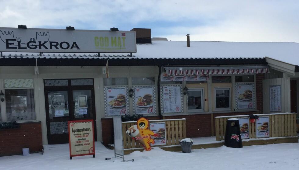 Det var her, på taket av Elgkroa, at burgeren egentlig skulle stått tygt plassert da Otto Heimdal kom på jobb i dag. I stedet lå den i grøfta på E6, noen hundre meter unna. Foto: Anne Bettum