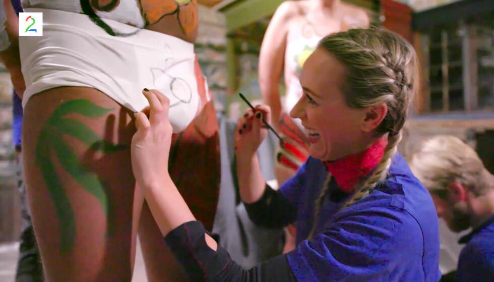 PINLIG AFFÆRE: Katarina Flatland melder seg frivillig til å male en blomst på Markus Baileys edle deler under Camp Senkveld fredag. Foto: TV2