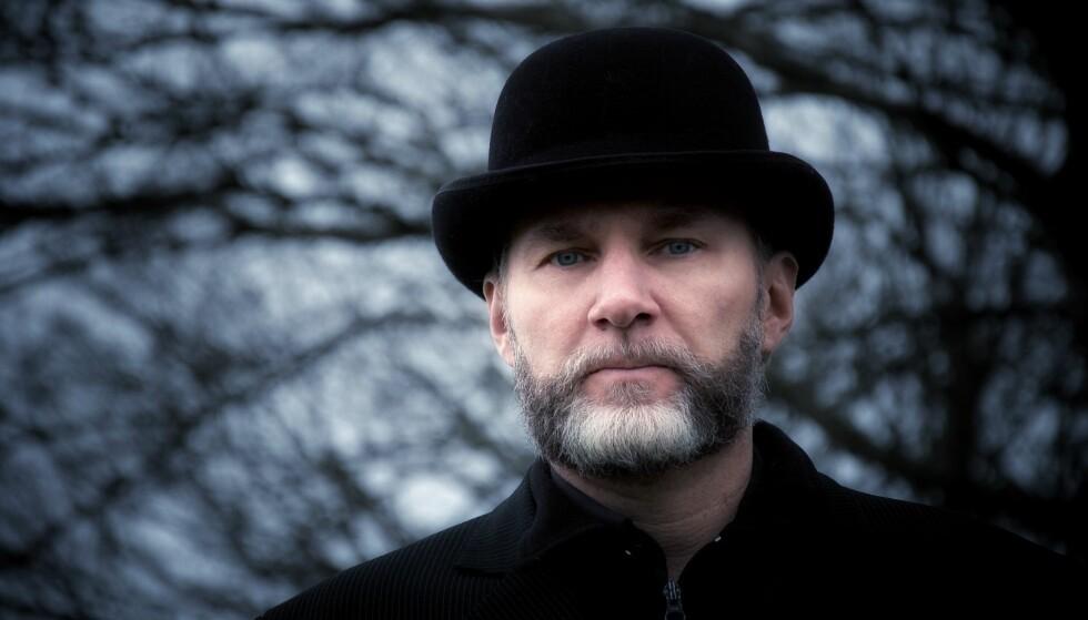 NOMINERT: Henrik Nor-Hansen er nominert til Nordisk råds litteraturpris for romanen «Termin. En fremstilling av vold i Norge». Han er ukjent for de fleste, og flere stiller spørsmål om han var rett forfatter å nominere til prisen. Foto: Tiden Norsk Forlag