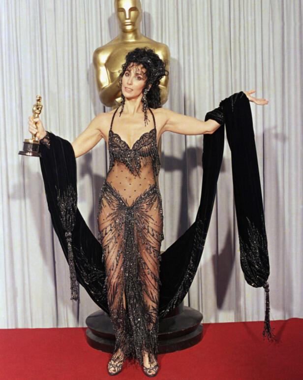 NESTEN «NAKEN»: I 1988 vant Cher Oscar for beste kvinnelige hovedrolle med «Moonstruck», i tillegg til å kuppe de røde løperen. Foto: AP/ NTB scanpix