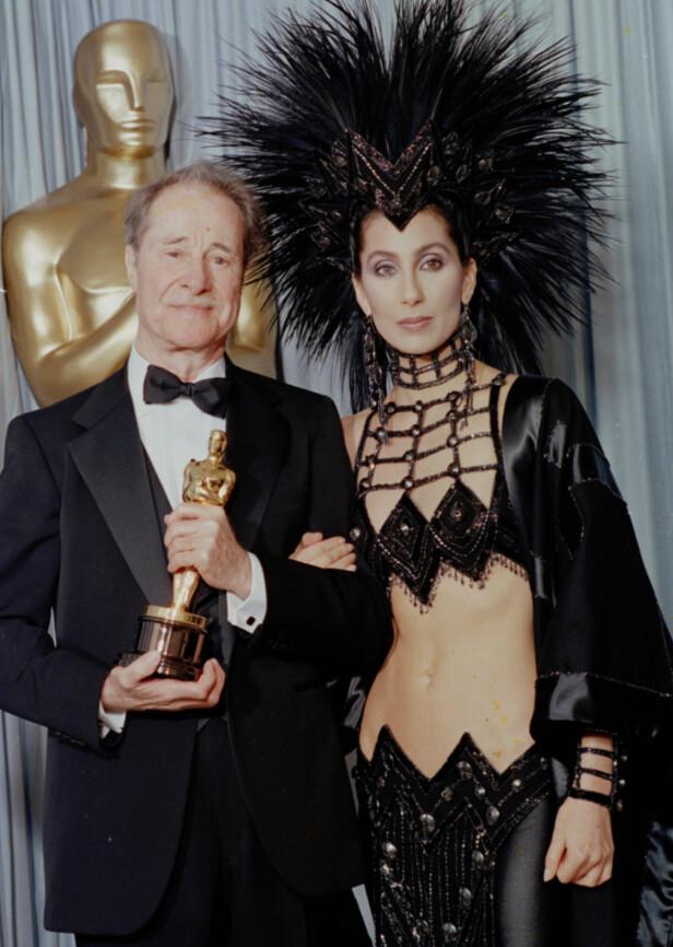 KOSTYME: Cher på Oscar-utdelingen i 1986, der hun delte ut prisen for beste mannlige birolle til Don Ameche (t.v.). Foto: AP/ NTB scanpix